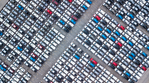 sklad áut z vtáčej perspektívy