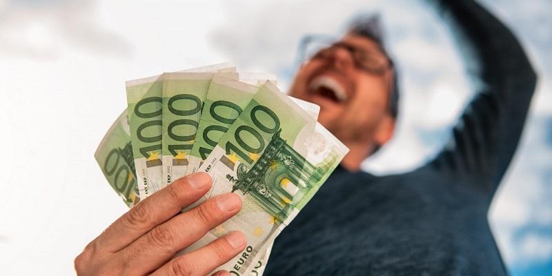 šťastný muž s peniazmi, bankovkami